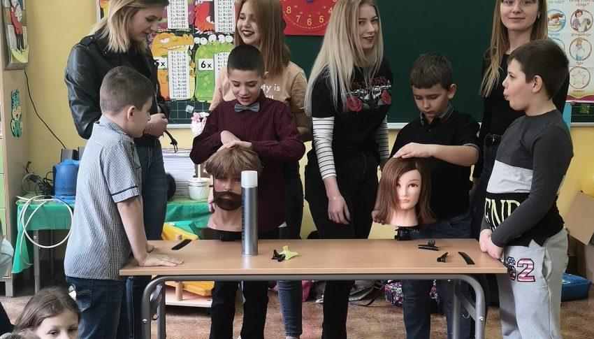 Warsztaty fryzjerskie w kl II a w Szkole Podstawowej im W. Jagiełły.